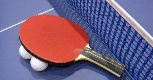 卓球のラケットとピンポン玉