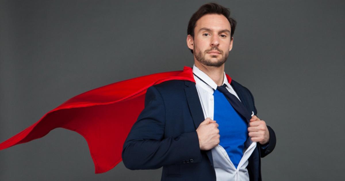 スーパーマンのコスプレを披露しようとするサラリーマン